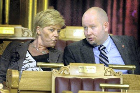 Tord Lien (t.h) og Siv Jensen diskuterer i Stortinget.