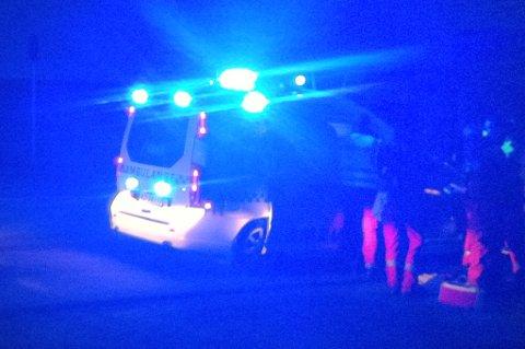 FRAKTET TIL SYKEHUS: Her blir den skadde mannen undersøkt av ambulansepersonell før han blir fraktet videre. FOTO: RB-TIPSER