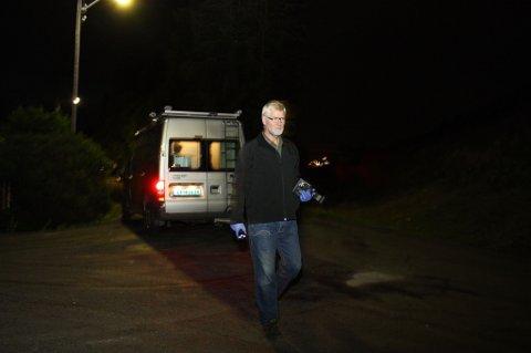FINKJEMMER STØRRE OMRÅDE: Politiets teknikere var sent mandag kveld på plass i nabolaget for å gjøre sine undersøkelser. FOTO: RUNE BERNHUS