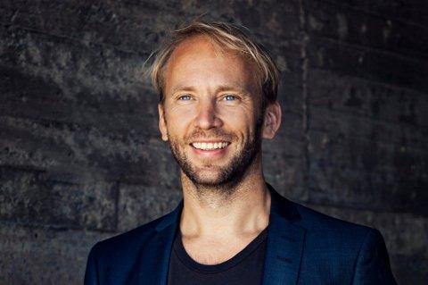 """Erik-André Hvidsten hopper inn i hovedrollen i """"Hair"""" på kort varsel. Om en drøy måned er det premiére på musikalen i Finland."""