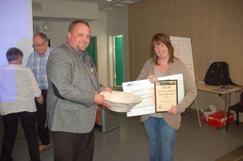 Ordfører Kjell Trygve Grunnsvoll overrekker Arbeidsmiljøprisen 2012 til en glad og rørt helsesøster Torill H. Sletten. FOTO: Svein Walstad