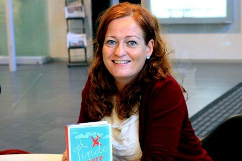 NY ROMAN: Forfatteren Heidi Linde på «bokbad» i Deichmannske bibliotek på Lambertseter. - Jeg tror «Agnes i senga» mest av alt er en mørk feelgood-roman.