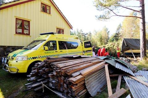 Mannen måtte først fraktes med ambulanse flere hundre meter, før han kunne legges over i luftambulansen for å bli flydd til Skien.