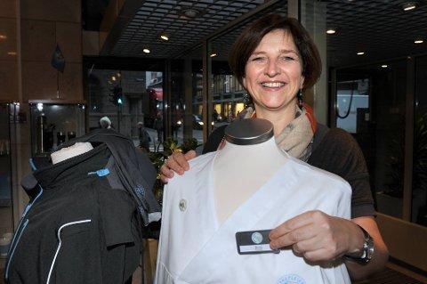 Det er en tradisjonsrik uniform Sykepleierforbundets leder Eli Gunhild By viser fram.