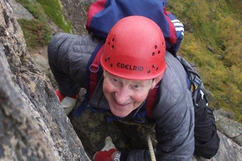 Sigurd Madsen (83) startet med fjellklatring som 77-åring. Her er han på vei opp Hamarøyskaftet.
