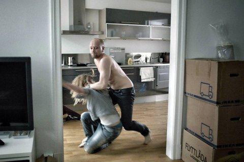 Aksel Hennie og Kaia Varjord i aksjon i «90 minutter», som solgte 10.000 i billetter i åpningshelgen.