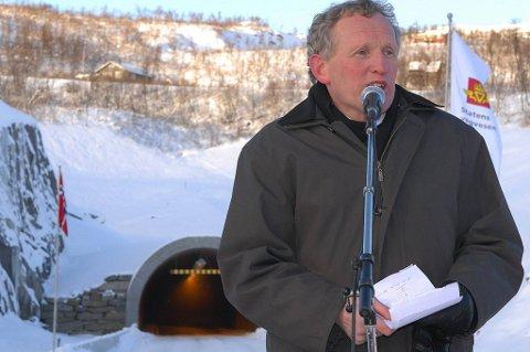 SPREKK: Regionveissjef Torbjørn Naimak sier utbedringene av tunnelen ved Umskardet har vært krevende og det er grunnen til en enorm budsjettsprekk. Her avbildet under åpningen av tunnelen. Foto: Rami Abood.