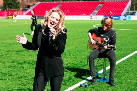 BLIR: Musikerparet Yohanna (Jóhanna Guðrún Jónsdóttir) og samboeren Davíð Sigurgeirsson ønsker å fortsette livet i Kongsvinger etter endt prøveperiode. Her under en opptreden før en KIL-kamp i våres.