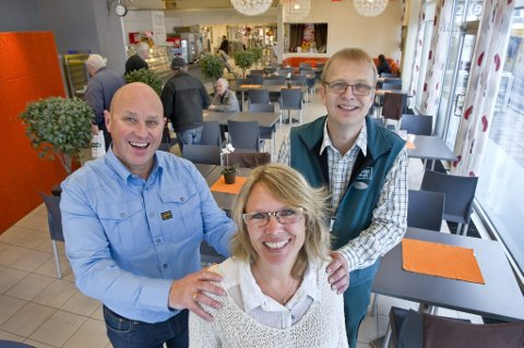 TAR OVER: Sten Roger Fjeld (til venstre) og Kai Hassel er glad Nina Brenden tar over Mega kafé når Coop Øst kun skal konsentrere seg om kjernevirksomheten sin som er dagligvarer.