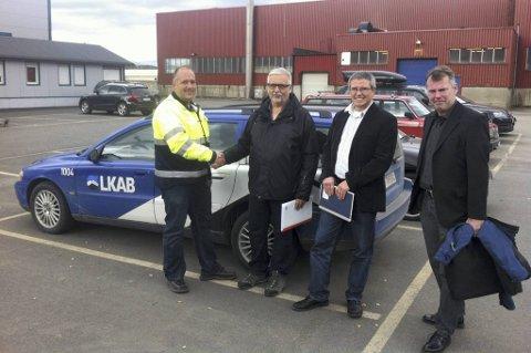 LKAB er så fornøyde med lastestasjonene Momek Fabrication har laget for gruvene i Kiruna, at de sier ja til å fullføre opsjonen med produksjon av de 13 siste fra en kontrakt de inngikk i 2010. Her tar driftsleder Frank Åsheim fra Momek sine kontraktspartnere Kurt Bågesund (prosjektleder). Thomas Nordström (prosjektleder) og Kennet Täckdal (prosjektinnkjøper) i hånda.