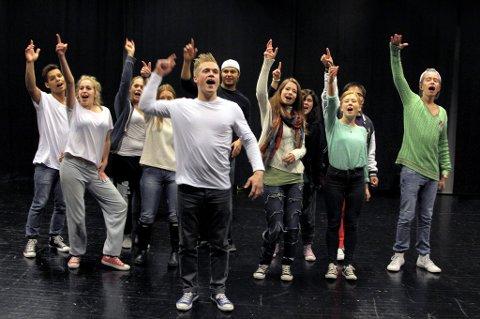 ØVER: Skuespillerne i forestillingen «Drop Out» legger siste hånd på verket før premieren 11. oktober i Lillestrøm kultursenter.  Foto: Stine Strandhaug