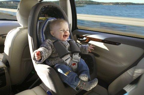 Det er viktig å sikre de aller yngste passasjerene riktig. Barn under fire år er mest sikre når de sitter bakovervendt.