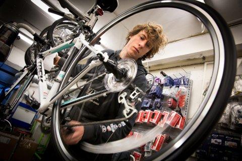 64f2a3a9 SYKKEL I FOKUS: Sykkelmekaniker Simon Clements svinger hjulet i verkstedet  på MX Sport i Tromsø