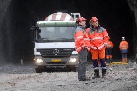 Ole-Johan Bogfjellmo (t.v.), her sammen med Franch Mofling, konstaterer at vinteråpningen av Umskardtunnelen blir utsatt. Foto: Eivind Biring-Strand