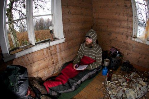 SØKER LY: I det kalde nord-norske høstværet er Osterland nødt til å finne ly i gamle bygninger og fjøs.
