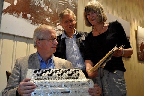 Anne Gro Christensen og Steinar Eriksen lager forestilling med Jakob Scharffs musikk. Steinar Hybertsen (i midten) håper nå å starte arbeidet med en dokumentarfilm om Scharff-familien til våren.
