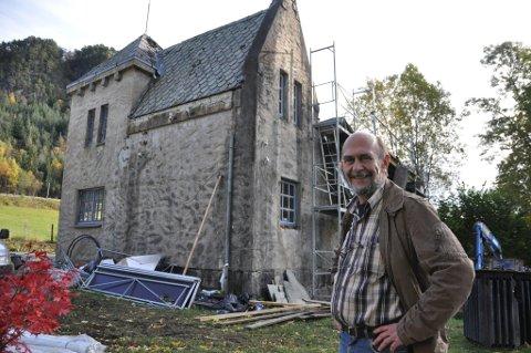Reidar Handeland tykkjer det er bra at fylkeskommunen løyver pengar til å restaurera den gamle kraftstasjonen.