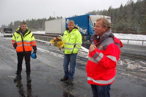 Prosjektleder Harald Tobiassen (t.h.)  i Statens Vegvesen takket representantene fra TT Anlegg for meget godt utført arbeid.