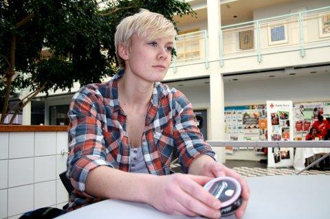 Hanne Bragmo (20) studerer biomedisin ved UiT, men har ikke latt seg skremme av snusadvarslene.
