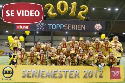 FULL JUBEL: Her mottar LSK-kvinnene pokalen som viser med tydelighet at de var det beste laget denne sesongen.  FOTO: CHRISTER SPABERG