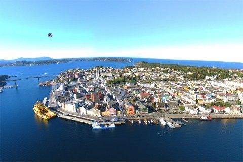 Utsnitt fra panoramabildet av Kristiansund. Alle bildene har små ikon som leder videre til et nytt panoramabilde i den retningen. Foto: Pål S. Vindfallet