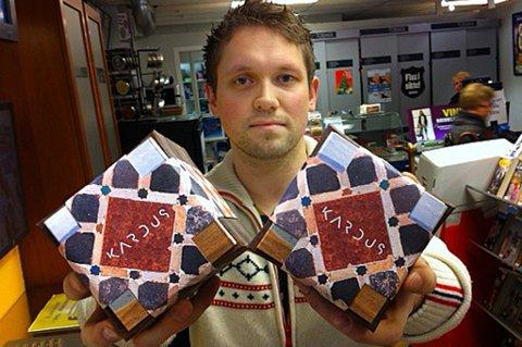 EKSKLUSIV VARE: Inne disse boksene skjuler verdens dyreste snus seg. - Vi har fått ti bokser til rådighet, opplyser Even Tryggstrand ved Wi-To- kiosken i Tromsø.