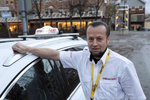 Sjåfør Per Inge Liljar får ikke tildelt turer fra Bodø taxi fordi han har sort t-skjorte under sin hvite uniform.