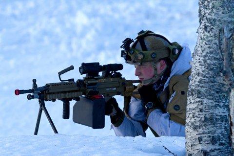 Geværmann og stormsoldat Henrik Saunes i dyp konasentrasjon under øvelsen. FOTO: Simen Rudi/Forsvaret