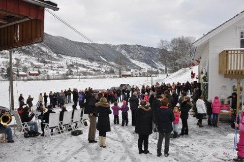 Tett i tett med folk gleda seg over at Elins Matgleder opna i Uskedalen laurdag.
