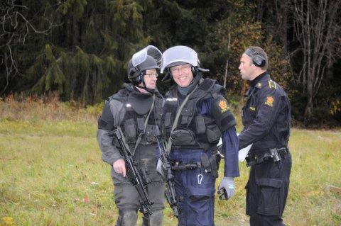 TØFFE KARER: Leder av utrykningsenheten, overbetjent Håvard Amundgård, i samtale med overbetjentene Øyvind Bjerke og Jostein Gravdal.