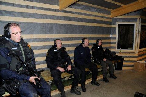 SKYTING: Her er politifolk fra Lillehammer og omegn på skyteøvels ei Fåvang. Fra venstre: Jostein Gravdal, Arild Lindsø, Magnus Gutsveen og Hanne Herberg (Øyer lensmannskontor).