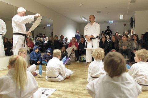 Offerbeek følger godt med i karatelokalet.
