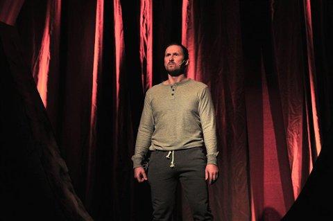 Fredrik Fahles kreftsykdom er utgangspunktet for teaterstykket. Fahle synger selv i en av scenene. Sangen har han skrevet selv.