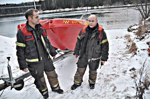 Rino Tvedt og Joe Atle Sæterbø i brannvesenet i Askim advarer mot tynn is.