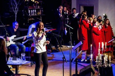 FACEBOOK-AVSTEMMING: Vigdis Wisur lot publikum få bestemme flere av sangene gjennom avstemming på Facebook. Talen var klar, man ville høre de kjente og kjære julesangene. (Foto: Tobias Nordli)