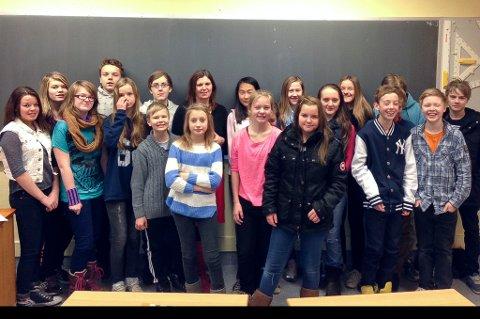 Klasse 8B ved Bankgata ungdomsskole var også i det gavmilde hjørnet i dag.