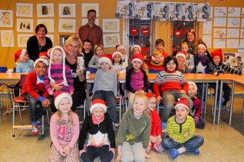 Inger Ellen Nikolaisen var imponert av gaven fra førsteklassingene ved Østbyen skole.