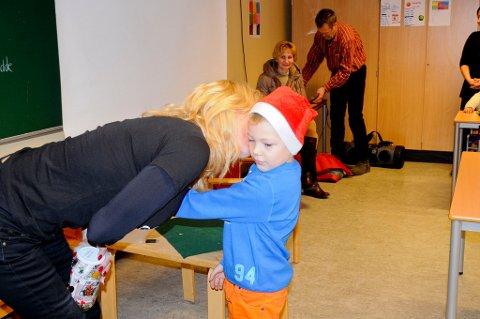 Alexander fikk et kyss på kinnet i retur da han overrakte gaven til barnehjemsbarna. Til latter og jubel fra klassekameratene.