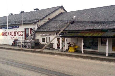 Ved Kvinnherad Bygg på Seimsfoss braut vinden av ein lyktestolpe i 14.30-tida.