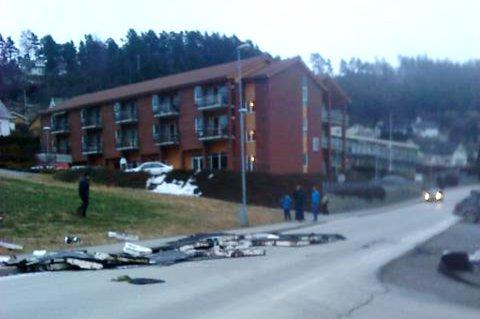 Asfaltpapp, isopor og andre takdelar vart liggjande i vegen, på oppsida av fryselageret som ligg ved samfunnshuset. Mobilfoto: Aud Romslo