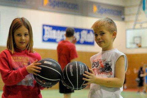 Karoline Nilsedalen og Noah Olafsen er veldig fornøyd med basketskolen.