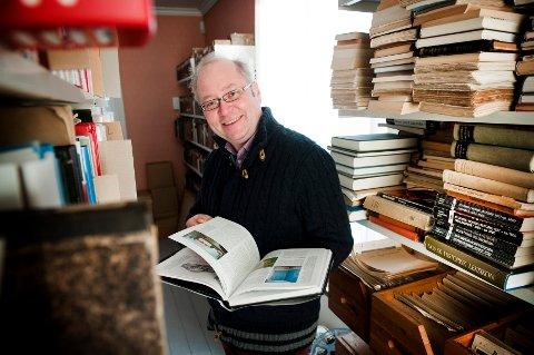 Jens Bakke har vært med i Idd og Enningdalen Historielag i mer enn halvparten av livet sitt. - Jeg er interessert i hvordan ting rundt oss henger sammen, forteller han.
