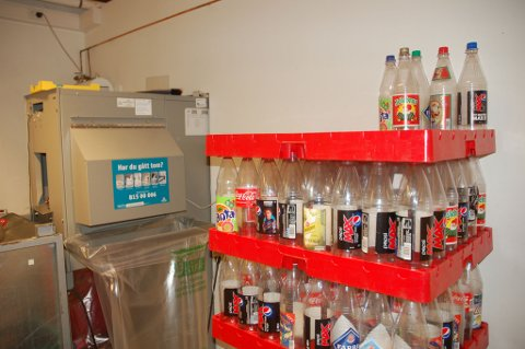 Elevene i 10. klasse ved Abel ungdomsskole klarte å samle inn tomflasker for 18 000 kroner sist mandag. FOTO: Svein Walstad