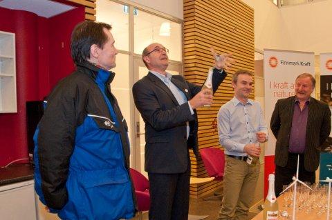 Administrerende direktør Finnmark Kraft, John Masvik, spretter champagne under pressekonferanse i Kunnskapsparken Alta. Fra venstre: Per-Erik Ramstad, Marius Stabell, John Masvik og Søren Karlstrøm.