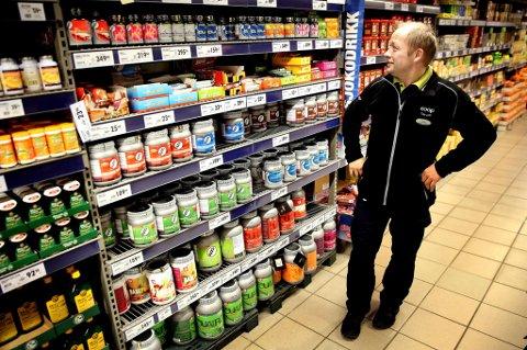 MILLIONBUTIKK: Proteinpulver selges på butikker som Coop Obs og Rema 1000. -  Salget går veldig bra. Jeg var litt skeptisk i starten, men dette vil kundene ha. Vi merker oss at folk hamstrer store bokser når vi kjører salgstilbud på proteinpulver, sier salgssjef på Obs på Jekta i Tromsø, Jarle Sørensen.