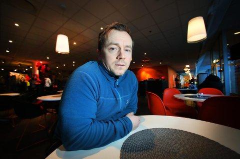 SNAKK MED UNGDOMMENE: Kenneth Wøhni Helberg er leder i Norsk Narkotikapolitiforbund i Troms. Han har fulgt debatten om økningen i bruk av proteinpulver med interesse. ? Det er neppe skadelig i seg selv, men kulturen er svært uheldig, sier han.
