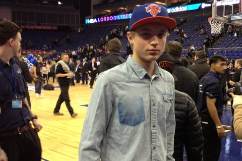 Jakob Arntzen fra Hønefoss fikk sitt livs opplevelse da han så NBA-kampen mellom New York Knights og Detroit Pistons sammen med 18.689 tilskuere i O2 Arena i London. Her er han nede ved banen før kampen.