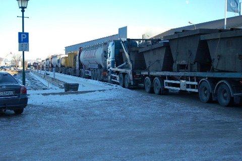Køen av trailere nådde i 14-tida tirsdag helt ned til Hydros innkjørsel.
