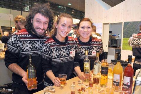 Gard Eithungjerde Høyvik, Solveig Eithungjerde og Ragnhild Eithungjerde Høyvik promoterer Norge med brennevin de ikke får selge på egen gård.