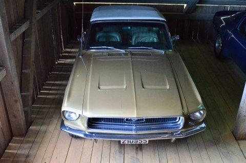 En 1. generasjon Ford Mustang står parkert i et hjørne.